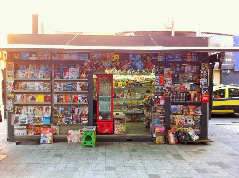 O Sol na banca de revistas, me enche de alegria e preguiça. (pra que comprar se eu posso baixar um scan?)