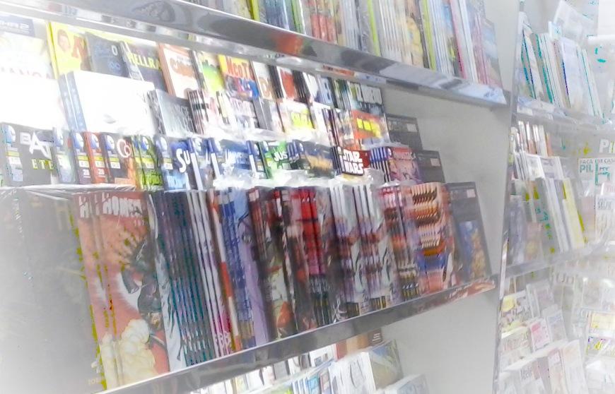 Muitos gibis de super-heróis nas prateleiras da Braz Shop