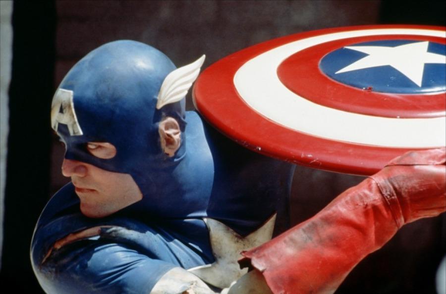 """Adivinha filho de quem é o Capitão América do filme dos anos 90? Não vai ajudar nada dizer """"dos seus pais!"""""""