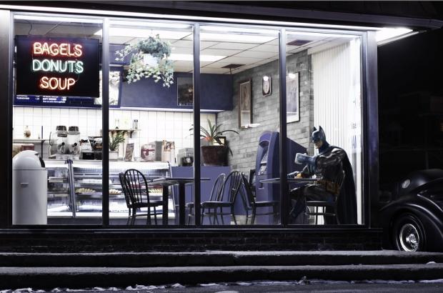 Quem disse que o Batman não curte comer uma rosquinha?
